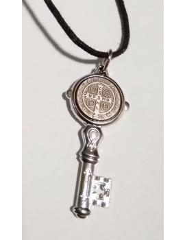 Klucz z krzyżem benedyktyńskim na rzemyku B4